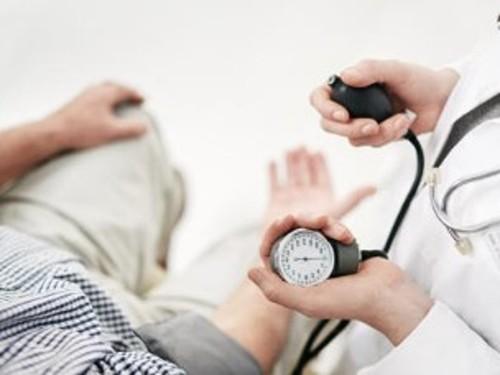 Definir hipertensión esencial maligna