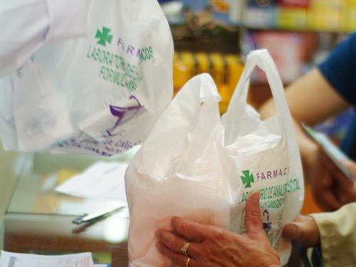 d99c060fa Los farmacéuticos deberán cobrar por ley las bolsas de plástico a partir de  marzo de 2018